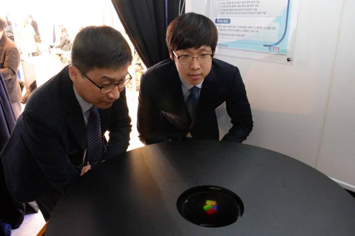 Цветная трёхмерная лазерная проекция продемонстрирована в Корее