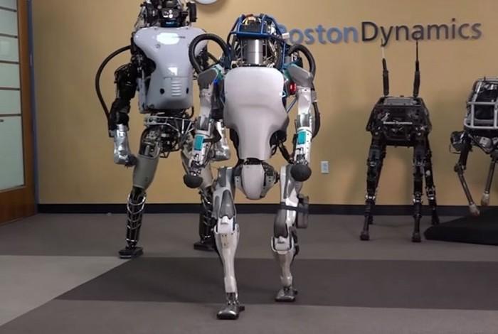 Робот ATLAS теперь держит равновесие и встает на ноги