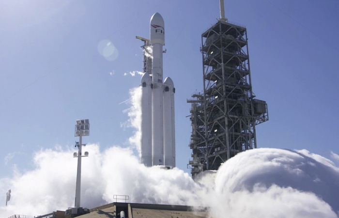 Falcon Heavy успешно отправила к Марсу автомобиль Тесла