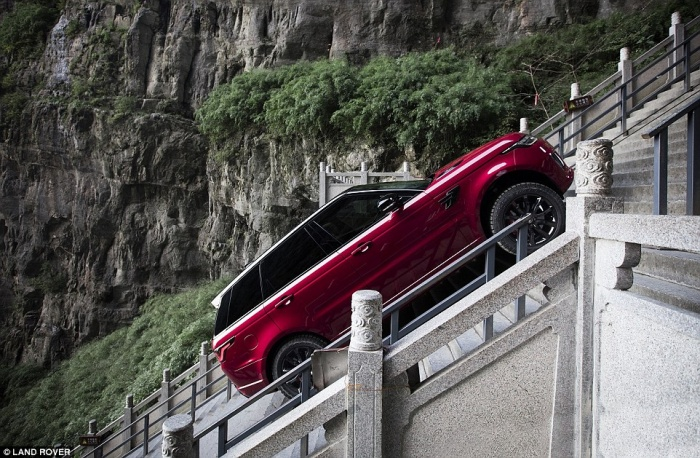 Внедорожник Range Rover преодолел 999 ступеней под углом 45 градусов