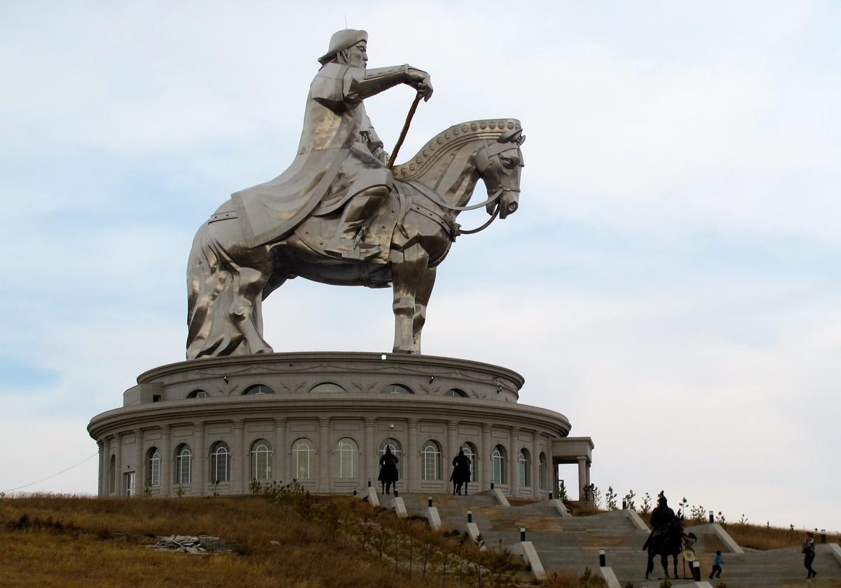 Конная статуя Чингисхана - крупнейшая конная статуя в мире