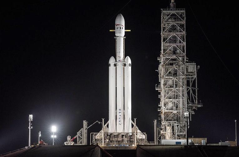 Falcon Heavy на взлетной площадке
