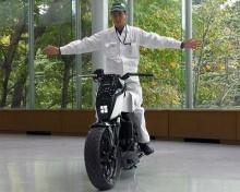Самобалансирующий мотоцикл Honda способен следовать за хозяином
