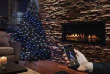 Праздничное оформление ёлки с помощью приложения на телефоне